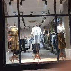 先锋百家好专柜服装销售工作环境